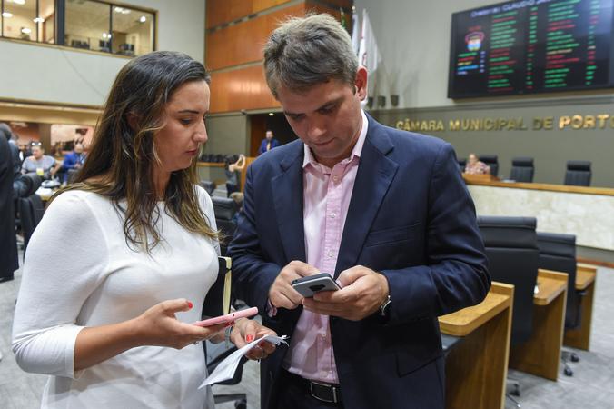 Movimentações em Plenário. Secretária Juliana Castro (Planejamento e Gestão) e vereador Márcio Bins Ely.