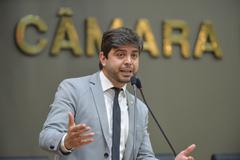 Movimentações em Plenário. Na tribuna, vereador Felipe Camozzato.