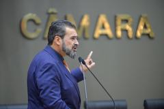 Movimentações em Plenário. Na tribuna, vereador Cláudio Janta.