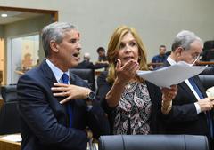 Movimentações em Plenário. Na foto: vereador Mauro Pinheiro e vereadora Monica Leal.
