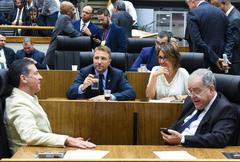 Movimentações em Plenário. Na foto: Da esc. os vereadores Valter Nagelstein, Mandes Ribeiro, Comandante Nádia e Idenir Cecchim.
