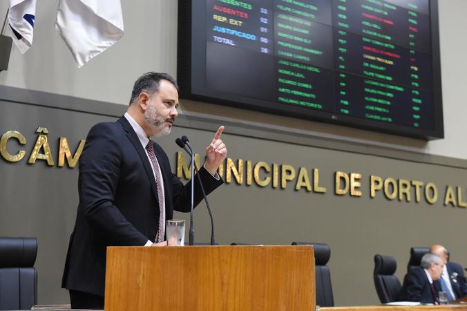 Movimentações em Plenário. Na foto: vereador Ricardo Gomes na tribuna.