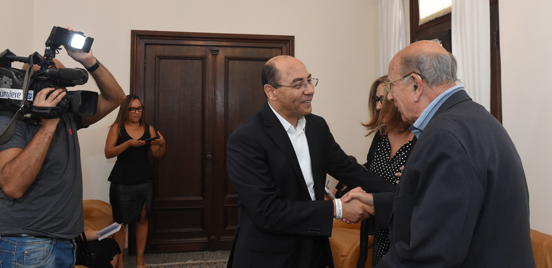 Presidente Reginaldo Pujol realiza visita ao Jornal Correio do Povo. Na foto: Presidente do Grupo Record/RS Sidney Costa (e) e o vereador Reginaldo Pujol se cumprimentam.