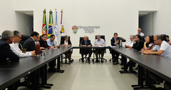 Presidente Reginaldo Pujol coordena a Reunião de Líderes.