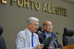 Movimentação de plenário. Na foto, vereadores João Carlos Nedel e Reginaldo Pujol.