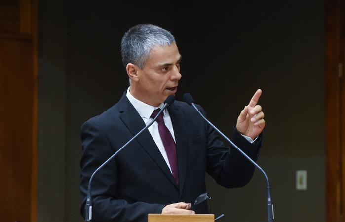 Movimentação de plenário. Na foto, vereador Cassio Trogildo discursa na tribuna. Retrato.