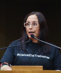 Movimentação de plenário. Na foto, vereadora Claudia Araujo discursa na tribuna. Retrato.