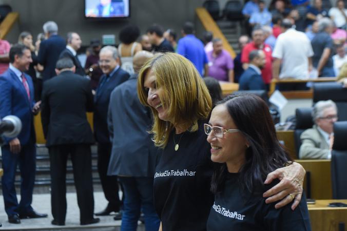 Movimentação de plenário. Na foto, vereadoras Claudia Araujo e Monica Leal.
