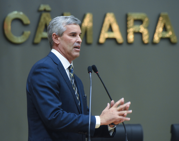 Movimentação de plenário. Na foto, vereador Mauro Pinheiro discursa na tribuna. Retrato.