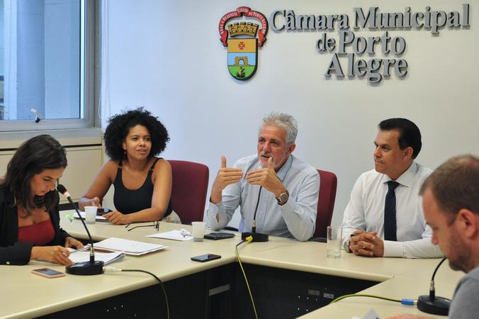 Reunião para tratar da realização do carnaval oficial e carnaval de rua de Porto Alegre.