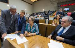 Movimentação de plenário. Na foto, da esc. os vereadores Mauro Pinheiro, Mendes Ribeiro, Lourdes Sprenger e Idenir Cecchim.