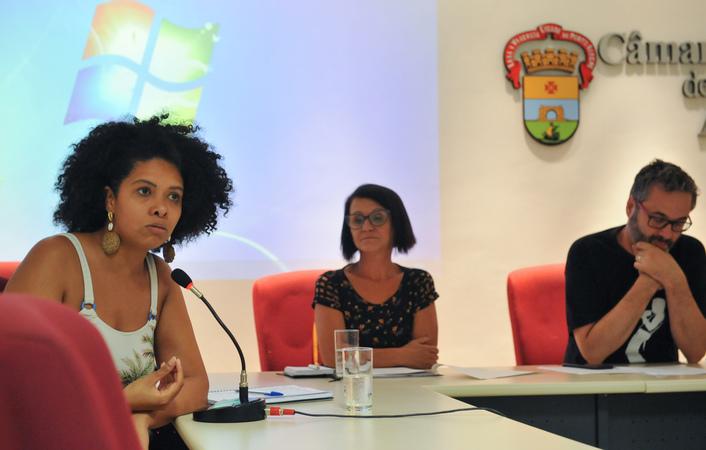 Comissão debate a situação da Ocupação Recanto da Alegria, localizada no Bairro Humaitá. Ao microfone, vereadora Karen Santos.