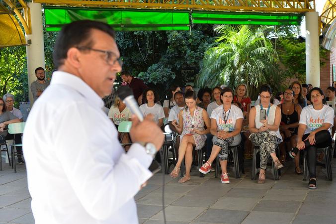 Visita à EMEF Neuza Goulart Brizola. Ao microfone, vereador Alvoni Medina.
