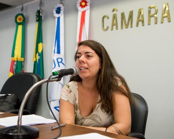 A arquiteta Renata Cardoso apresenta a sistematização dos estudos do grupo de trabalho da CUTHAB para os projetos de mobilidade urbana que integram o pacote da Prefeitura Municipal de Porto Alegre, que tramitam na CMPA.