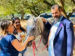 Atividade sensorial contou com a participação de animais da Equoterapia Paraíso. Na foto, o vereador Claudio Janta mostra o cavalo Geada.