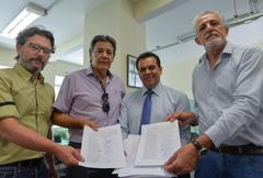 Vereadores da comissão entregam documentação com abaixo-assassinado para SMED.