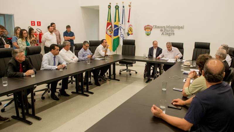 Vereador Paulo Brum preside a Reunião de Líderes.