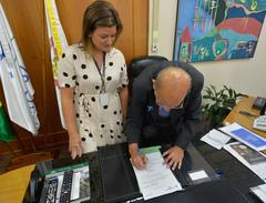 Presidente Reginaldo Pujol promulga leis.