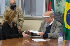 Presidente da CMPA, vereador Reginaldo Pujol, promulga a Lei de publicidade das empenas cegas, de autoria da vereadora Mônica Leal (foto).
