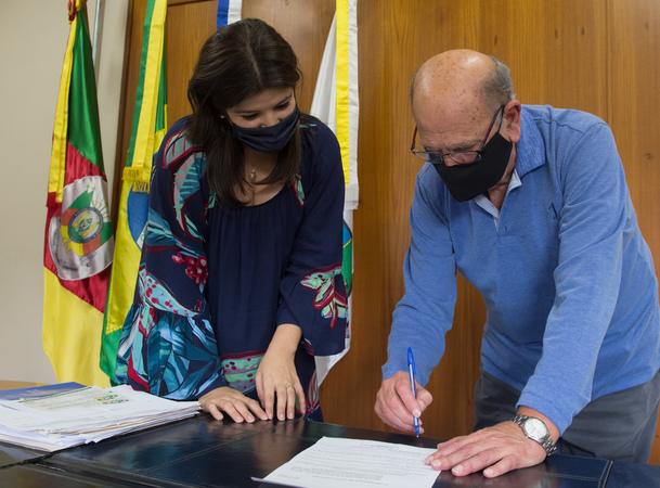 Presidente da CMPA, vereador Reginaldo Pujol, promulga a Lei de alteração da idade máxima de criança e adolescente para fins de concessão de licença aos servidores municipais da Capital, de autoria da vereadora Fernanda Jardim