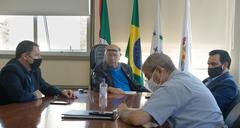 Reunião do presidente da CMPA, vereador Reginaldo Pujol (de protetor facial) com vereadores da Comissão Processante, vereadores Hamilton Sossmeier e Alvoni Medina; e o diretor legislativo, Luiz Afonso Peres