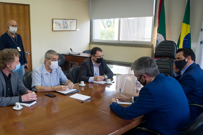 Reunião da comissão que analisa pedido de impeachment do prefeito municipal. Membros: vereadores Alvoni Medina (eleito relator), Hamilton Sossmeier (eleito presidente) e Ramiro Rosário