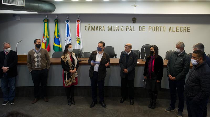 Prefeito municipal Nelson Marchezan Jr. entrega a LDO 2021 para o presidente Reginaldo Pujol.