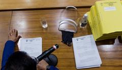 Apreciação do parecer sobre o processo de impeachment do prefeito Nelson Marchezan Jr. Na foto, relator vereador Alvoni Medina (gravata vermelha), presidente Hamilton Sossmeier (gravata azul clara) e vereador Ramiro Rosário (camisa azul clara). à esq, advogado de defesa do prefeito Marchezan.