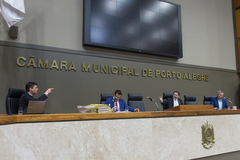 Apreciação do parecer sobre o processo de impeachment do prefeito Nelson Marchezan Jr. Na foto, relator vereador Alvoni Medina (gravata vermelha), presidente Hamilton Sossmeier (gravata azul clara) e vereador Ramiro Rosário (camisa azul clara). à esq, advogado de defesa do prefeito Marchezan, Fabio Fischer.