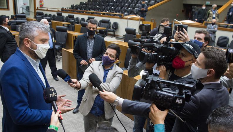 Apreciação do parecer sobre o processo de impeachment do prefeito Nelson Marchezan Jr. Na foto, vereador Ramiro Rosário (camisa azul clara), à esquerda