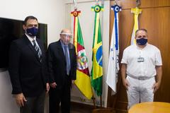 Presidente Reginaldo Pujol recebe a visita do reitor da UFRGS, Carlos André Bulhões, e do professor Geraldo Jotz (de branco).