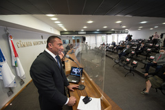 Ao microfone, vereador Rafão Oliveira.