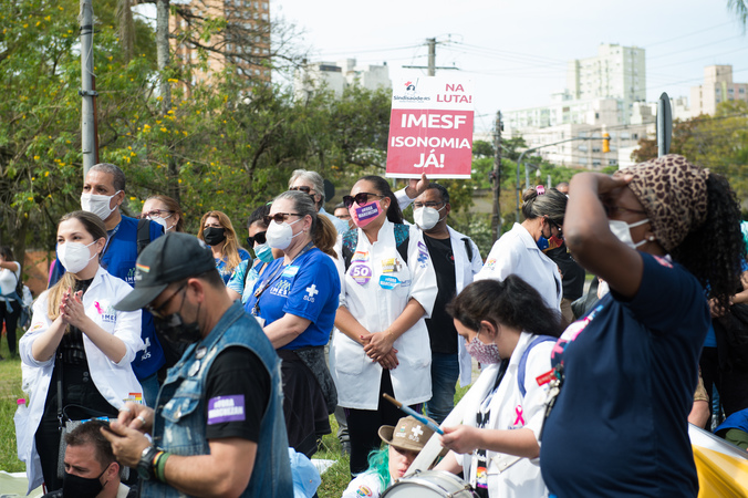 Representantes do Imesf protestam contra demissões em frente à Câmara Municipal.