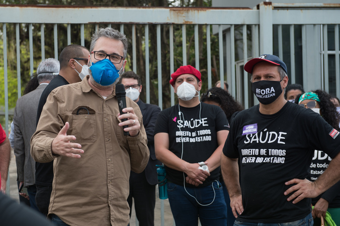 Representantes do Imesf protestam contra demissões em frente à Câmara Municipal. Na foto, vereador Roberto Robaina.