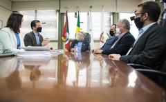 Prefeito Nelson Marchezan e secretários entregam a Lei do Orçamento para 2021
