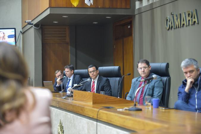 Depoimento da sra. Marta Rossi, testemunha do Prefeito Nelson Marchezan Júnior. Na foto,  advogado do prefeito, Dr. Roger Fischer e vereadores Alvoni Medina, Hamilton Sossmeier e Ramiro Rosário.