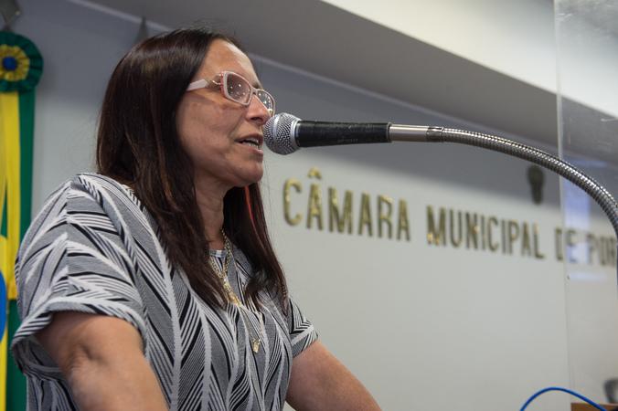 Sessão Ordinária. Ao microfone, vereadora Cláudia Araújo.