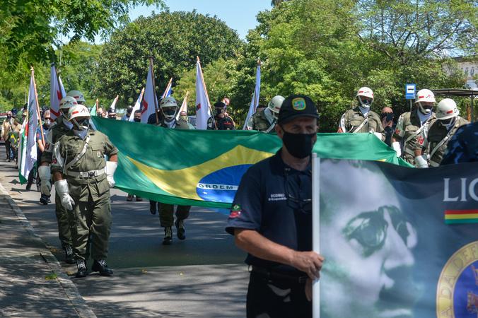 Cerimônia ao Dia da Bandeira. Saída para caminhada de homenagem.