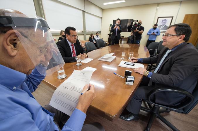 Entrega de relatório da Comissão Processante contra Nelson Marchezan à Presidência da Câmara.