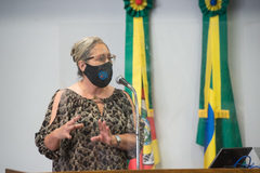 Vereadora Lourdes em sessão presencial Plenário Ana Terra com todos os cuidados de prevenção