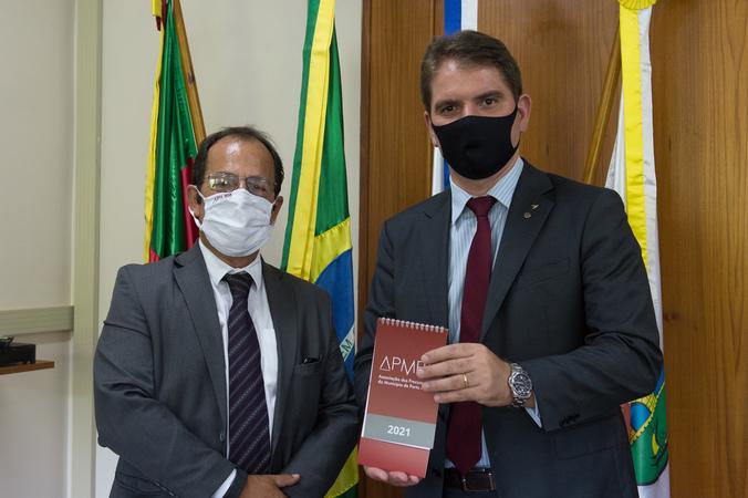 Presidente Márcio Bins Ely recebe o presidente da Associação dos Procuradores de Porto Alegre (APMPA), Sr. Armando Domingues.