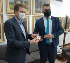 Bobadra presenteou presidente da Assembleia com distintivo da Polícia Penal
