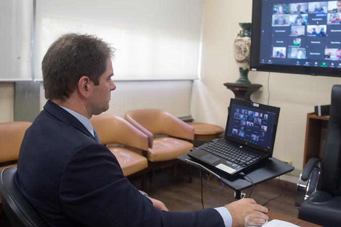 Presidente Márcio Bins Ely durante transmissão de sessão extraordinária remota.