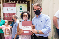 Presidente Márcio Bins Ely participa do ato de entrega de matrículas a moradores do Loteamento Quinta do Portal.