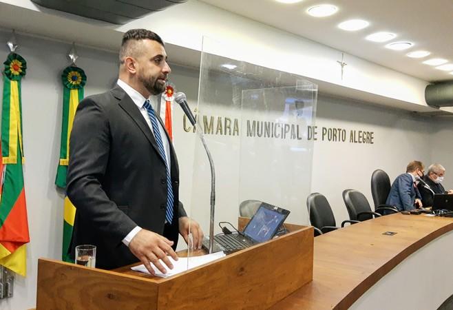 Vereador se pronunciou durante sessão plenária com a presença do secretário municipal da Saúde