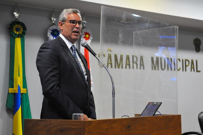 Sessão Ordinária mista com participação do Secretário Municipal de Saúde Mauro Sparta. Na tribuna vereador Mauro Pinheiro.