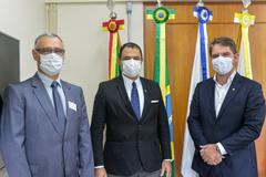 Pró-reitor (e) e reitor (c) estiveram em reunião com o vereador Márcio Bins Ely (d)