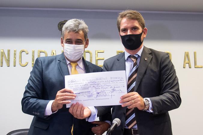 Comparecimento do prefeito Sebastião Melo. Na foto, o prefeito e o presidente Márcio Bins Ely.
