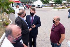Presidente Márcio Bins Ely e prefeito Sebastião Melo visitam o hospital Vila Nova. Na foto, o presidente com o secretário municipal de Saúde, Mauro Sparta, e o vereador Gilson Padeiro.