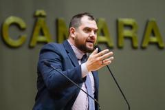 Movimentação de plenário. Na foto: vereador Rodrigo Maroni na tribuna do plenário.